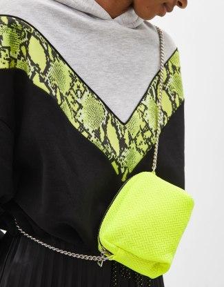 12 prendas low cost verde flúor | bolso flúor de Bershka